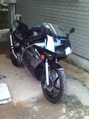 F1000018